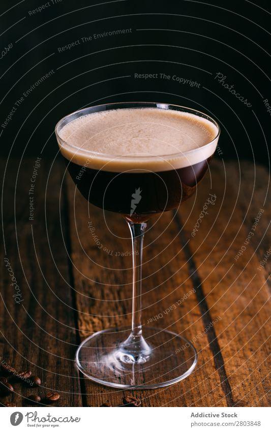 Espresso-Martini-Cocktail Alkohol Bohnen Getränk schwarz Koffein Kaffee kalt kaltes Brühen Tasse trinken Schaum Lebensmittel Glas Feinschmecker Eis Milch