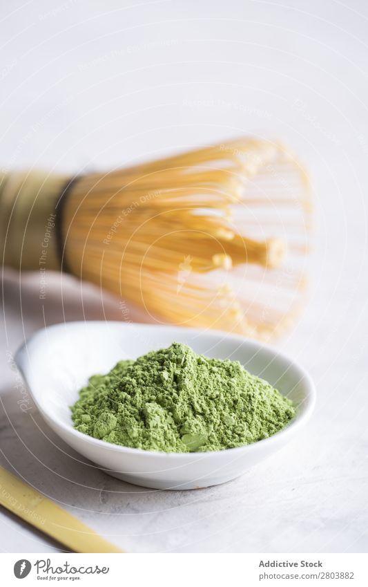 Grünes Matcha-Tee-Pulver und Bambusbesen sortiert Getränk brauen trinken grün Gesundheit Kräuter & Gewürze Japaner Baggerlöffel Löffel Teekanne Wasser Rührbesen