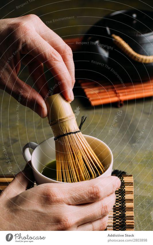 Zubereitung von Matcha-Tee Pulver Holz Hand Kräuter & Gewürze Mann Tasse trinken Rührbesen Baggerlöffel Japaner Teekanne sortiert grün Gesundheit Getränk dunkel