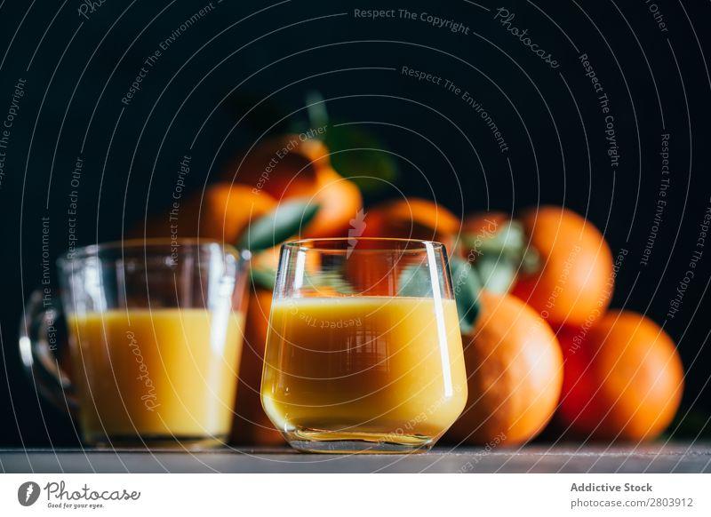 Orangensaft auf dem Tisch organisch Saft geschmackvoll Vitamin Zitrusfrüchte lecker trinken Biografie frisch Frucht Gesundheit Frühstück Glas Erfrischung süß