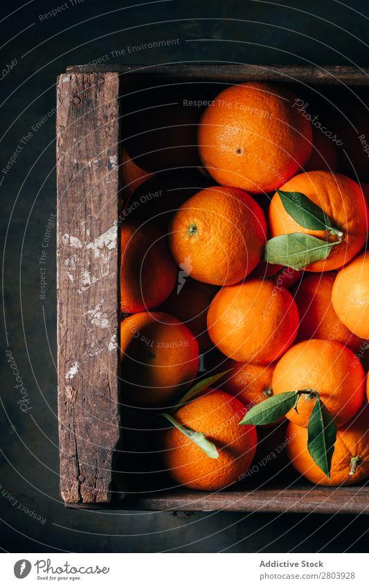 Frische Orangen in einer alten Holzkiste Frühstück lecker trinken frisch Frucht Gesundheit Saft