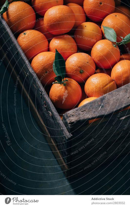 Frische Orangen in einer alten Holzkiste Frühstück Zitrusfrüchte lecker trinken frisch Frucht Gesundheit Saft organisch geschmackvoll Vitamin Erfrischung süß
