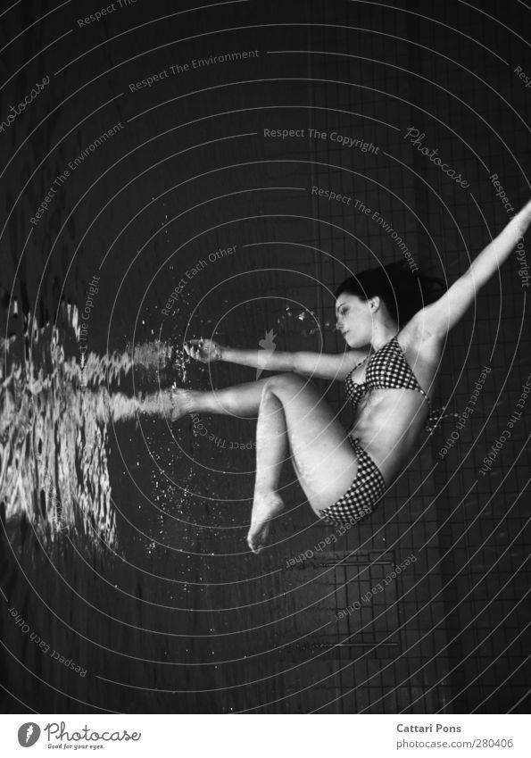 Portal Schwimmen & Baden tauchen Im Wasser treiben feminin Junge Frau Jugendliche Erwachsene 1 Mensch 18-30 Jahre Bikini berühren entdecken machen Flüssigkeit
