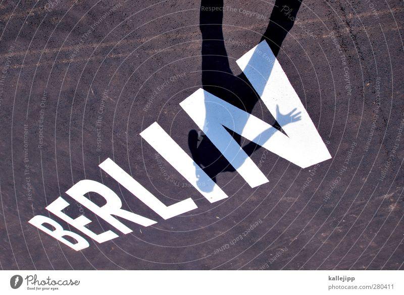 berlintourist Mensch maskulin Mann Erwachsene Körper 1 Schriftzeichen stehen Berlin Tourist Städtereise Dynamik Hauptstadt Bundesadler Reisefotografie Fotograf