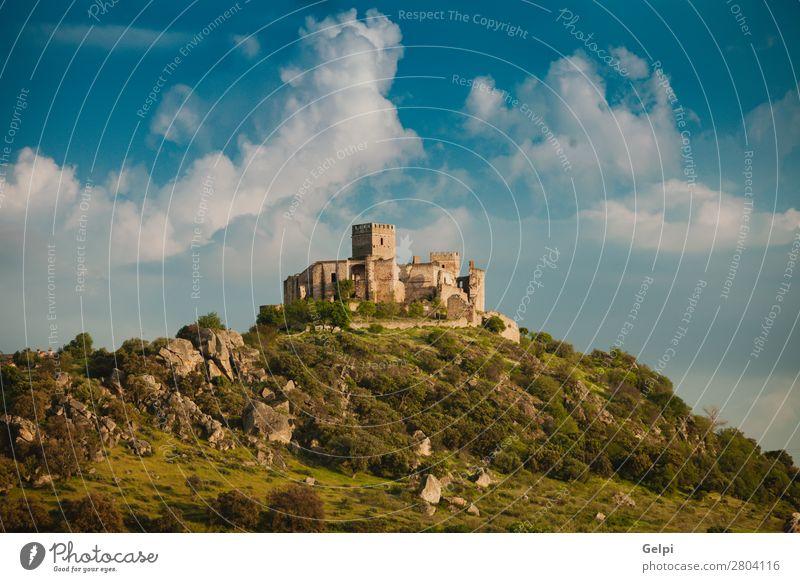 Schönes spanisches altes Schloss über einem Hügel und einem schönen Himmel. Ferien & Urlaub & Reisen Tourismus Berge u. Gebirge Landschaft Wolken Felsen Palast