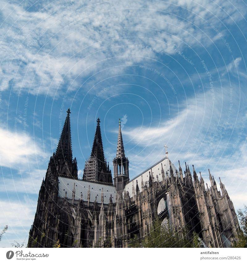 Köln I blau Stadt Sommer Architektur grau Gebäude Stein Metall groß Beton Tourismus Kirche ästhetisch Perspektive Baustelle Kultur