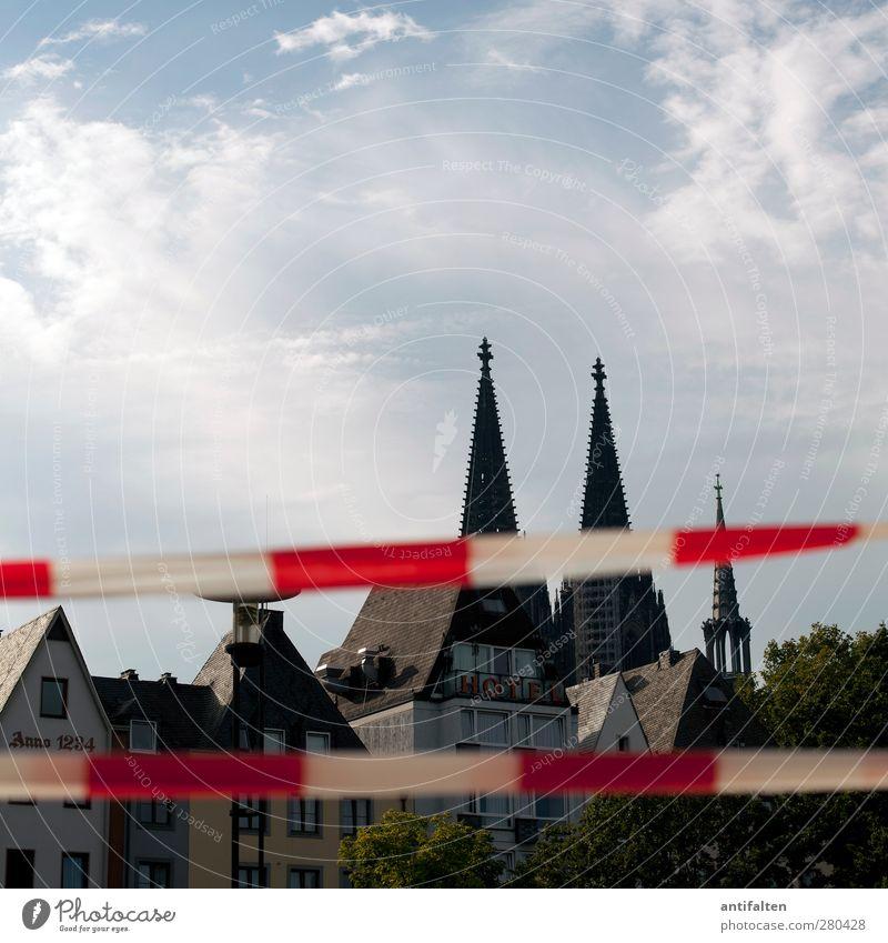Köln II blau Stadt weiß rot Haus Fenster Architektur Gebäude Fassade Glas Kirche Häusliches Leben Dach Turm Kultur Kunststoff