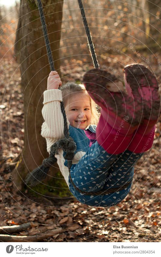 Kind Schaukelt Spielen Mensch feminin Mädchen Kindheit Leben 1 3-8 Jahre Natur Bewegung schaukeln dreckig Fröhlichkeit Glück Freude Freizeit & Hobby Farbfoto