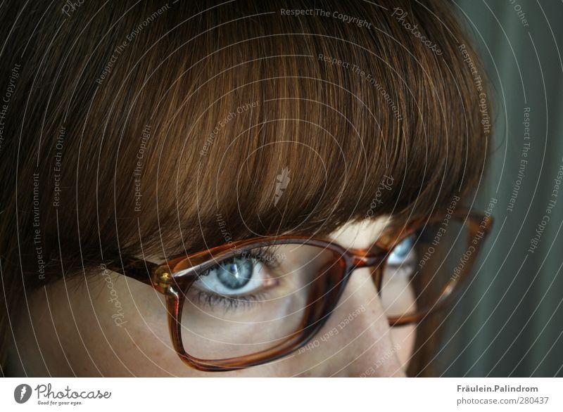 Durchblick¹ feminin Junge Frau Jugendliche Erwachsene Haare & Frisuren Auge 1 Mensch 18-30 Jahre Brille brünett rothaarig Pony beobachten Denken lernen
