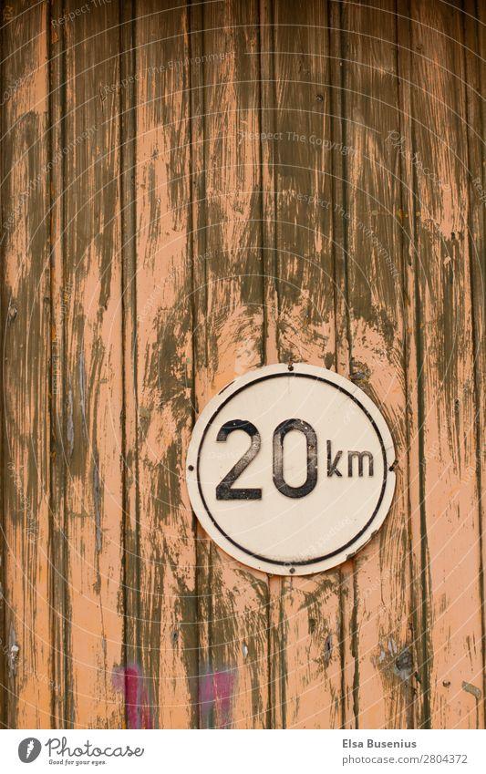 Holzwand mit Schild Hütte Ruine Tor Tür Zeichen Ziffern & Zahlen Schilder & Markierungen Hinweisschild Warnschild Verkehrszeichen alt Rätsel Farbfoto