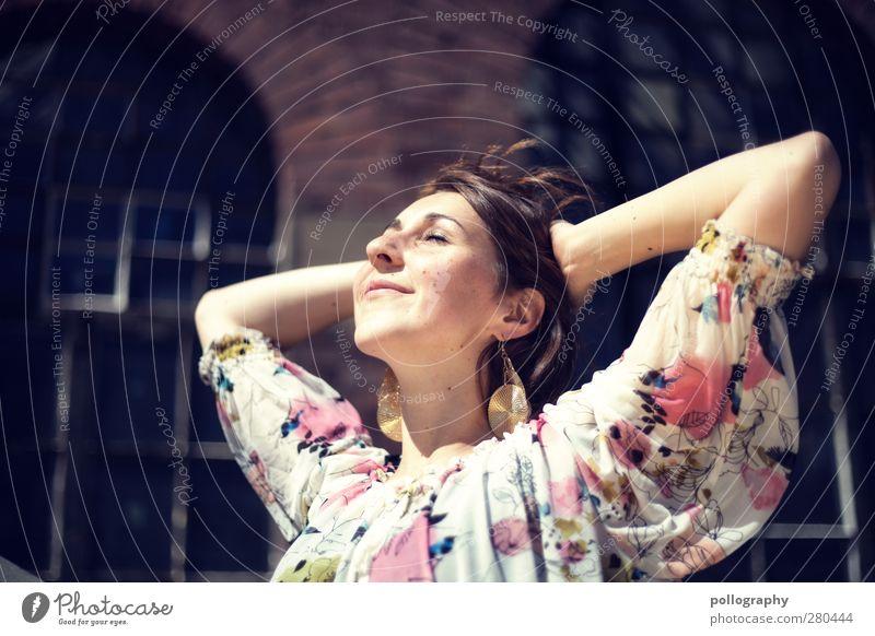 enjoy (V) Mensch feminin Junge Frau Jugendliche Erwachsene Leben 1 18-30 Jahre Bluse brünett langhaarig Gefühle Freude Glück Fröhlichkeit Zufriedenheit