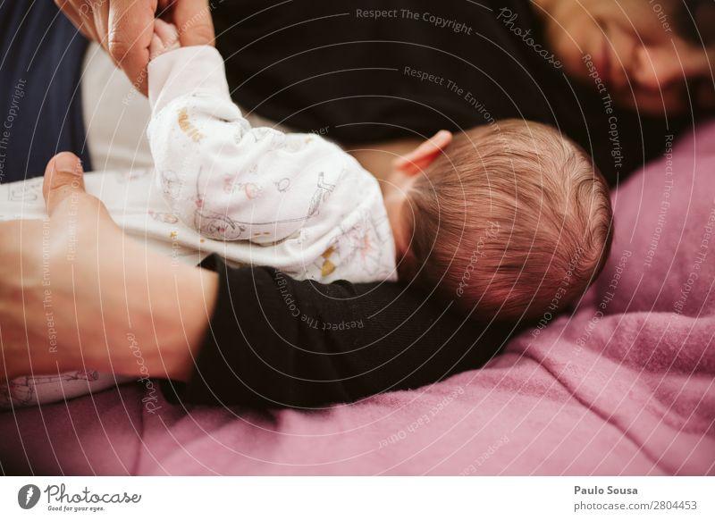 Stillen Baby Mensch feminin Kind Mutter Erwachsene 2 0-12 Monate 18-30 Jahre Jugendliche berühren Fressen füttern Kommunizieren Liebe liegen träumen