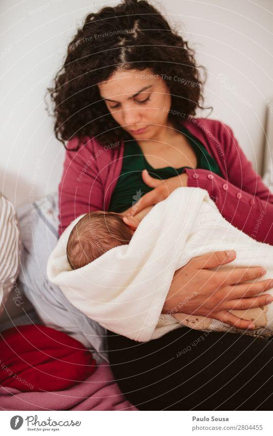 Stillen Baby Mensch feminin Kind Kleinkind Mutter Erwachsene Leben 2 0-12 Monate 18-30 Jahre Jugendliche Locken beobachten Essen Fressen füttern Fröhlichkeit