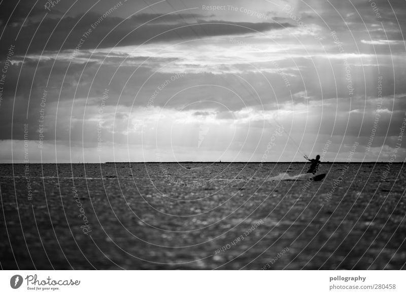 auf einsamer Jagd Mensch Mann Jugendliche Wasser Ferien & Urlaub & Reisen Meer Freude Einsamkeit Wolken Erwachsene Ferne Leben Sport Freiheit Junger Mann
