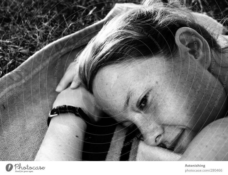 lächeln Mensch Frau Jugendliche weiß Hand schön schwarz Erwachsene Gesicht Auge feminin Junge Frau Gras Haare & Frisuren grau Kopf