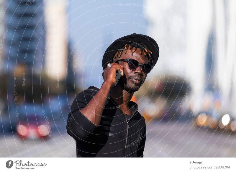 Vorderansicht des schwarzen Mannes mit Sonnenbrille und stehendem Hut Lifestyle Stil Glück Freizeit & Hobby sprechen Telefon PDA Technik & Technologie Mensch