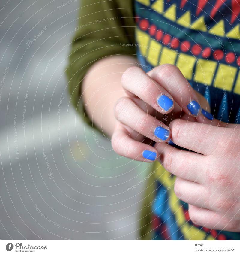 tja ... ömm ... Mensch Frau blau Hand Erwachsene feminin authentisch Finger Sicherheit T-Shirt Vertrauen Kosmetik Respekt Vorsicht Nervosität Ehrlichkeit