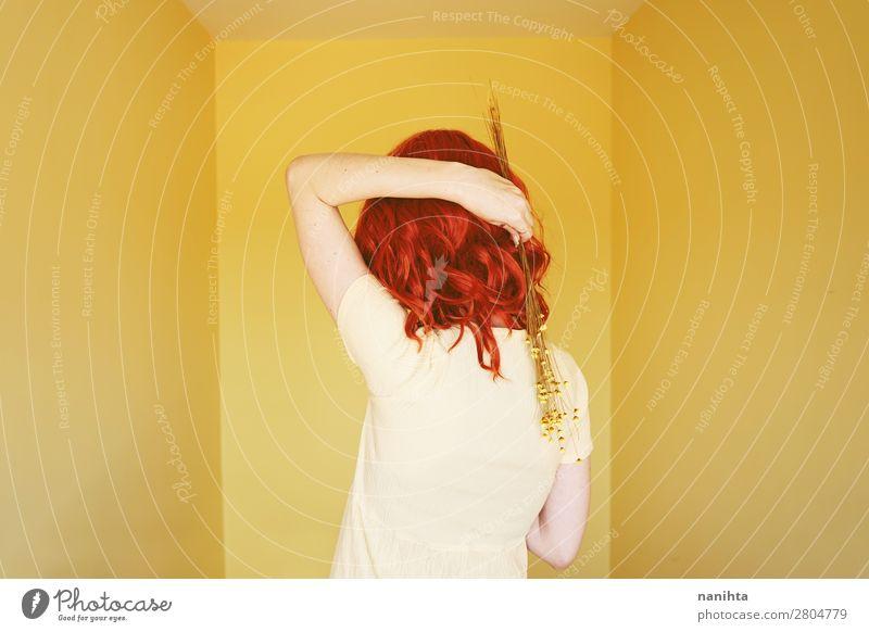 Junge rothaarige Frau mit einem gelben Kleid in einem gelben Raum. Lifestyle elegant Stil schön Haare & Frisuren ruhig Mensch feminin Junge Frau Jugendliche