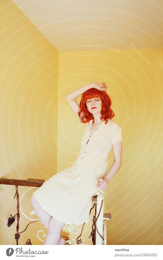 Junge rothaarige Frau mit einem gelben Kleid in einem gelben Raum. Lifestyle Stil schön Haare & Frisuren Wellness harmonisch Wohlgefühl ruhig Häusliches Leben
