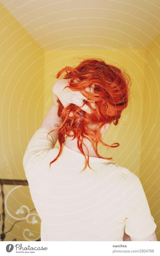 Junge rothaarige Frau mit einem gelben Kleid in einem gelben Raum. Lifestyle elegant Stil schön Haare & Frisuren ruhig Häusliches Leben Mensch feminin