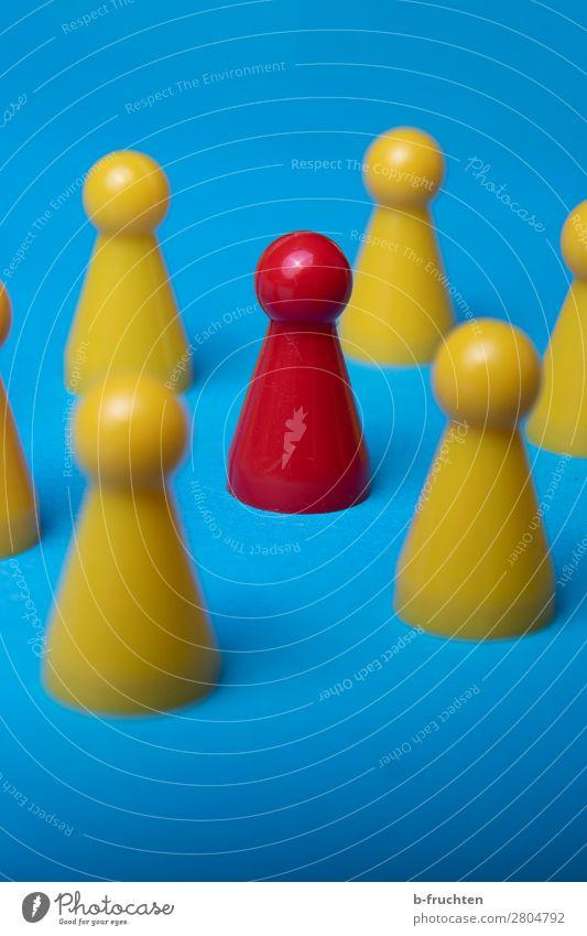 Im Mittelpunkt stehen blau rot gelb Business Spielen Menschengruppe Zusammensein Erfolg lernen einzigartig Team wählen Sitzung führen