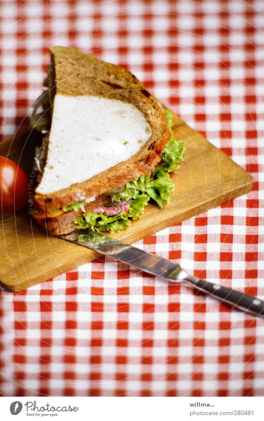 sändwiddsch Wurstwaren Salat Salatbeilage Brot Belegtes Brot Tomate Schwarzbrot Weißbrot Ernährung Frühstück Abendessen Messer Schneidebrett lecker Tischwäsche
