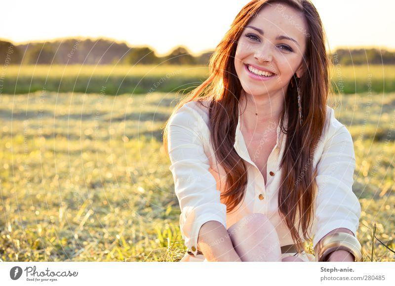Sommertage. :) feminin Junge Frau Jugendliche Erwachsene Kopf Haare & Frisuren 1 Mensch Natur Sonnenlicht Schönes Wetter Gras Wiese Lächeln lachen sitzen