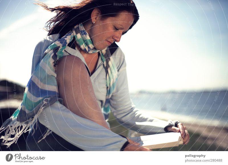 endlich Urlaub Mensch Frau Himmel Natur Jugendliche Ferien & Urlaub & Reisen Sommer Meer Strand ruhig Erwachsene Erholung feminin Leben Junge Frau Freiheit