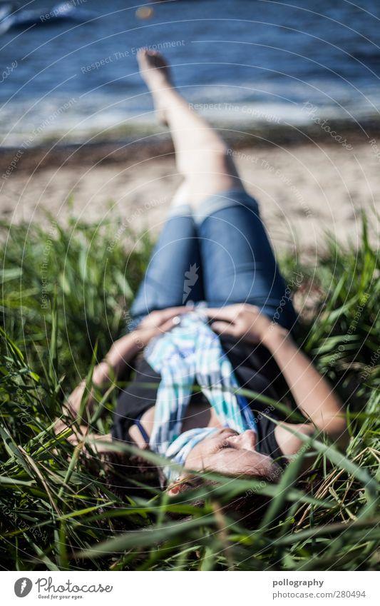 abschalten Mensch feminin Junge Frau Jugendliche Erwachsene Leben 1 18-30 Jahre Natur Pflanze Sand Wasser Schönes Wetter Gras Sträucher Küste Strand Ostsee Meer