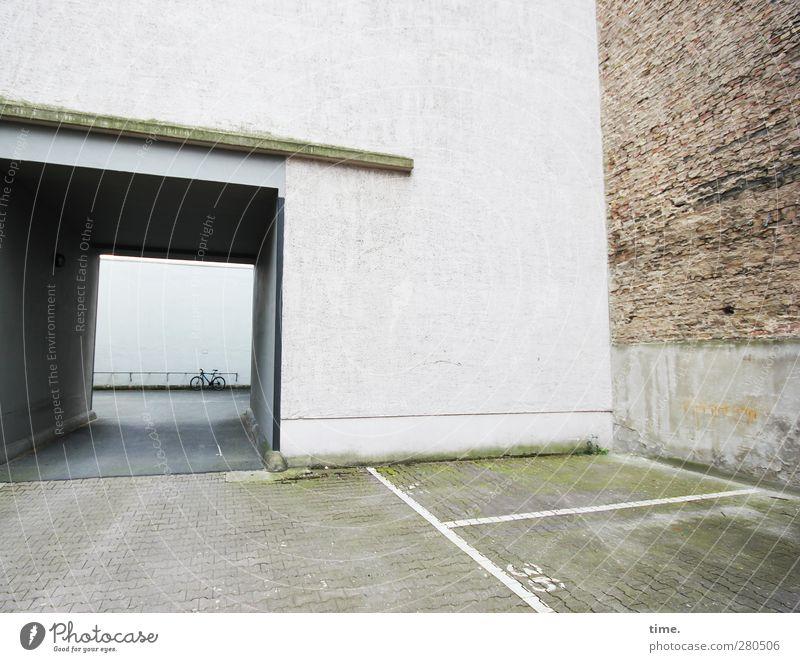 Cage With A Hole And A Bike Bauwerk Gebäude Architektur Mauer Wand Fassade Durchgang Parkplatz Tor Fahrzeug Fahrrad Ziffern & Zahlen bedrohlich eckig fest