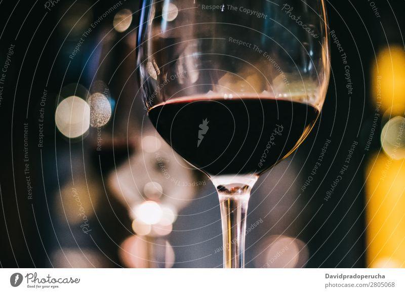 Ein Glas Rotwein Wein rot Licht dunkel Weingut Keller Fässer Fass Holz altehrwürdig Eiche Lager trinken Getränk Geschmack Produktion Linie Fabrik Abfüllanlage