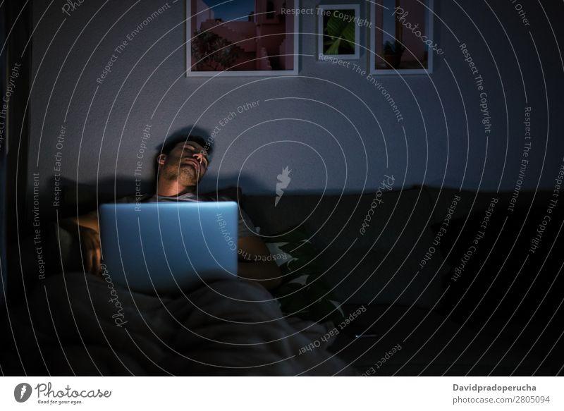 Mann schläft mit Computer auf Erwachsene attraktiv schön Junge Kaukasier bequem Mitteilung Textfreiraum Liege gemütlich dunkel Gerät Abend Herbst gutaussehend