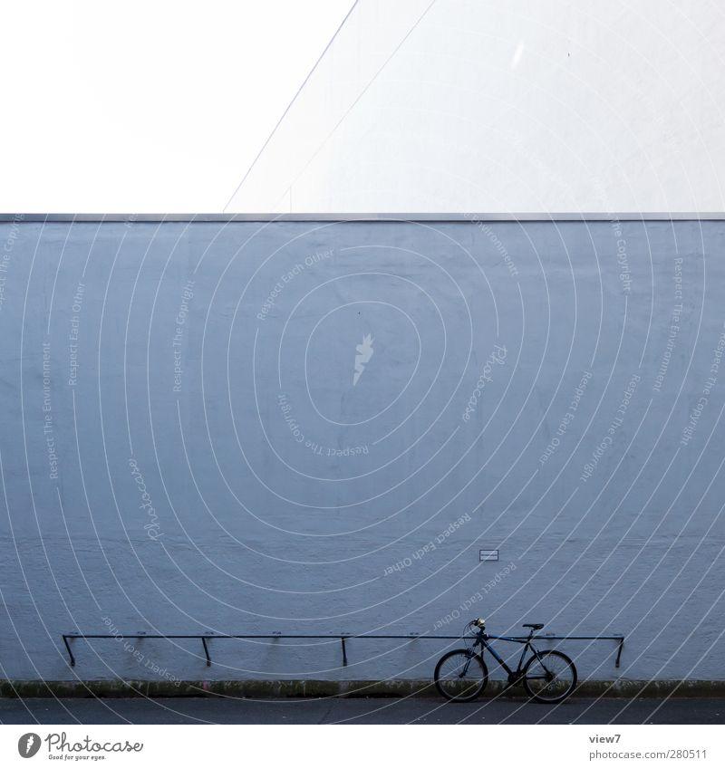 was bleibt alt Haus dunkel Straße Wand Architektur Mauer Traurigkeit Gebäude Stein Linie Stimmung Fahrrad Fassade authentisch Platz