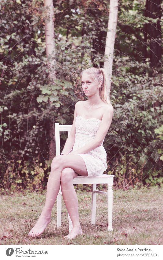 birke. feminin Junge Frau Jugendliche Haare & Frisuren Beine Fuß 1 Mensch 18-30 Jahre Erwachsene Umwelt Natur Schönes Wetter Wiese Mode Kleid blond Zopf sitzen