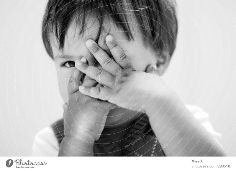 Nicht gucken Mensch Kind Kleinkind Kindheit Auge 1 1-3 Jahre Haare & Frisuren Blick niedlich Neugier Schüchternheit Hand Schwarzweißfoto Nahaufnahme