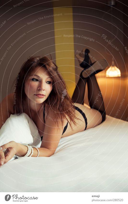 \\\ feminin Junge Frau Jugendliche 1 Mensch 18-30 Jahre Erwachsene Strümpfe Unterwäsche brünett Erotik Hotelzimmer Farbfoto Innenaufnahme Tag Kunstlicht