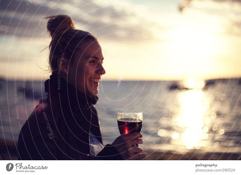 sundowner Mensch Frau Himmel Jugendliche Wasser Ferien & Urlaub & Reisen Sommer Meer Freude Strand Wolken Erwachsene feminin Leben Junge Frau Gefühle