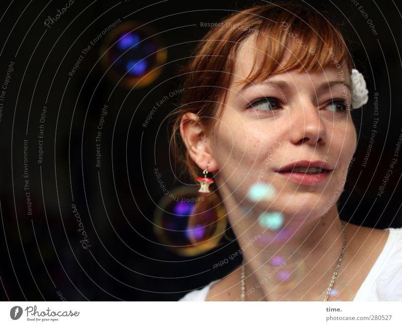 Die Gedanken sind frei feminin 1 Mensch 18-30 Jahre Jugendliche Erwachsene Accessoire Schmuck Ohrringe Halskette brünett Seifenblase beobachten Lächeln Blick