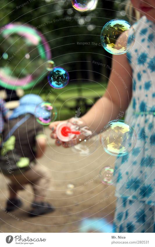bubbles Sommer Kleinkind Kindheit Umwelt Park Freude Glück Fröhlichkeit Zufriedenheit Seifenblase Luftblase blasen rund Kugel durchsichtig Sommerkleid