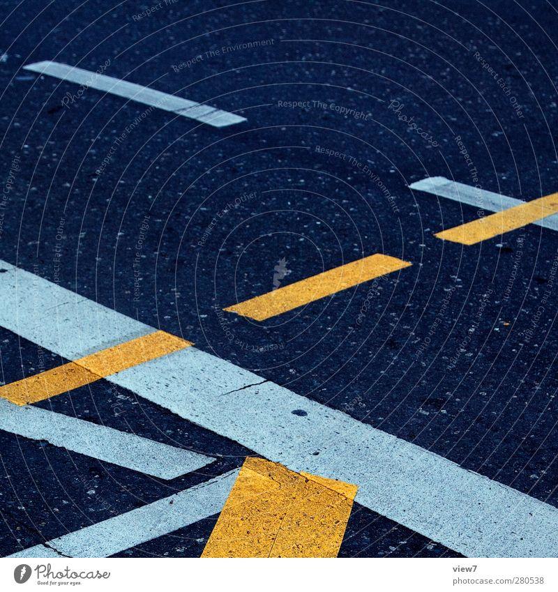 unbestimmt alt gelb Straße kalt Wege & Pfade Linie Schilder & Markierungen Ordnung elegant authentisch Verkehr Design Beton Beginn Hinweisschild Streifen