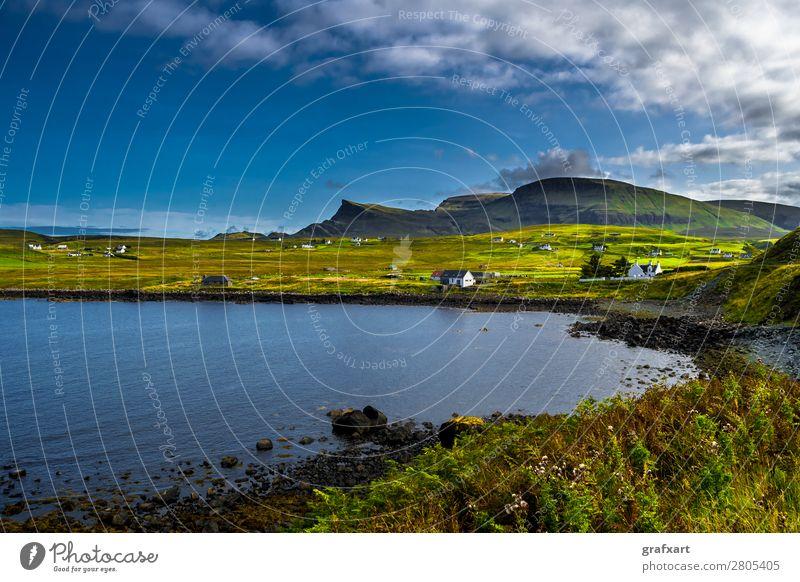 Landschaft an der Küste der Isle of Skye in Schottland Atlantik Berge u. Gebirge Dorf Einsamkeit Erholung Großbritannien Haus Hebriden Hügel Insel ländlich