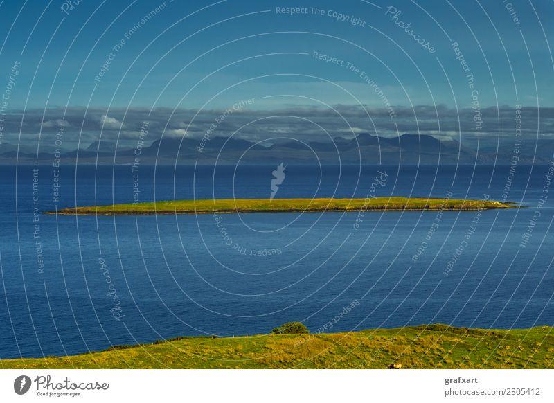 Ferne Insel an der Küste der Isle of Skye in Schottland Atlantik Aussicht Einsamkeit Großbritannien Hebriden Herde Hintergrundbild Horizont Klippe ländlich