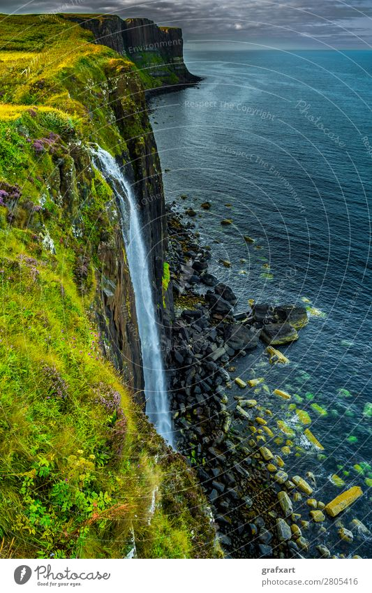 Wasserfall bei Kilt Rock auf der Isle of Skye in Schottland Schlucht Am Rand Atlantik fallen Felsen fließen Fluss Großbritannien Highlands hoch Horizont Insel
