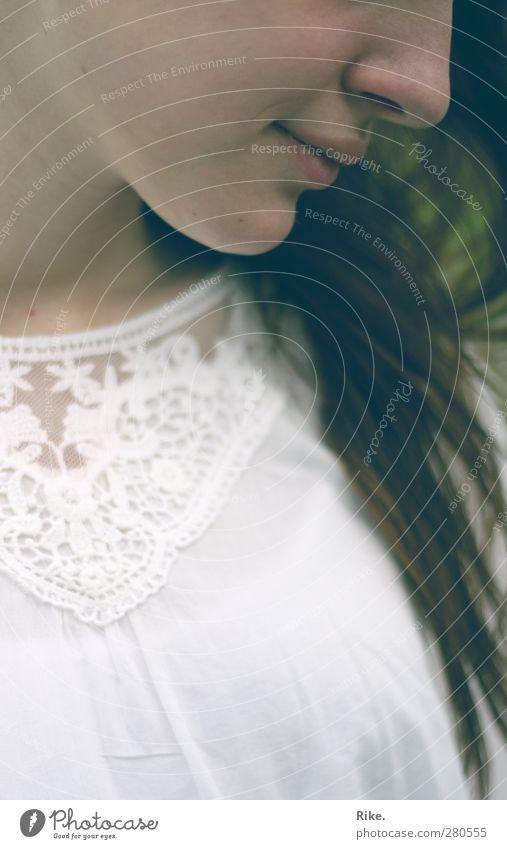 Sehnsucht in dir. elegant schön Gesicht Mensch feminin Junge Frau Jugendliche 1 18-30 Jahre Erwachsene Mode Bluse Spitze brünett langhaarig Lächeln träumen