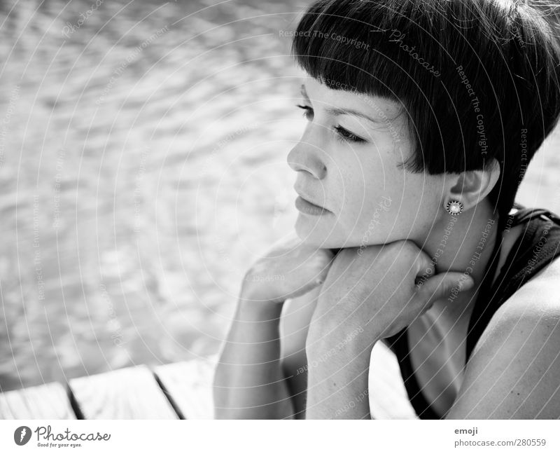 pool feminin Junge Frau Jugendliche 1 Mensch 18-30 Jahre Erwachsene Haare & Frisuren schwarzhaarig kurzhaarig Coolness schön ernst Schwarzweißfoto Außenaufnahme