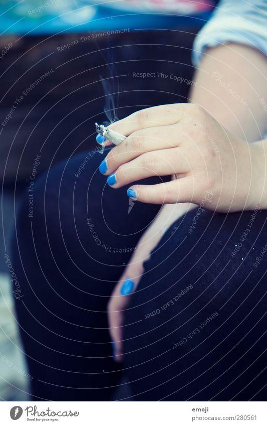 [b]lue Junge Frau Jugendliche Hand Finger 1 Mensch 18-30 Jahre Erwachsene blau Nagellack Rauchen Zigarette Farbfoto Gedeckte Farben Außenaufnahme Detailaufnahme