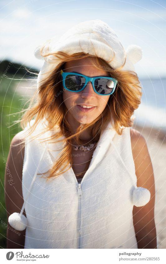 Ein Eisbär im Sommerurlaub Ferien & Urlaub & Reisen Sonne Strand Meer Mensch feminin Junge Frau Jugendliche Erwachsene Leben 1 18-30 Jahre Umwelt Natur Pflanze
