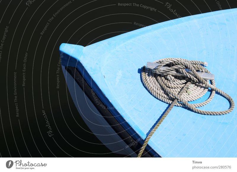 In der Ruhe liegt die Kraft weiß ruhig schwarz warten Seil einfach Hafen türkis Ruderboot Schiffsbug Fischerboot