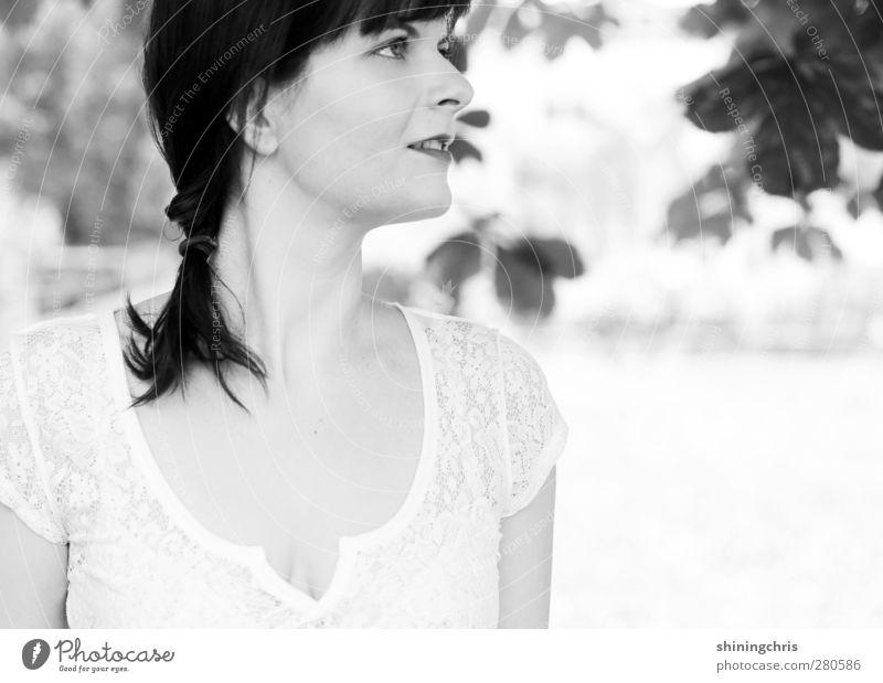 nuts feminin Junge Frau Jugendliche Erwachsene 1 Mensch 18-30 Jahre 30-45 Jahre Baum Blatt Kastanienbaum Garten Park Spitze Haare & Frisuren schwarzhaarig Zopf