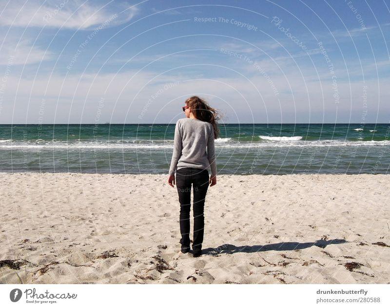 last days of summer Mensch feminin Junge Frau Jugendliche 1 18-30 Jahre Erwachsene Sand Wasser Himmel Horizont Sonnenlicht Sommer Küste Meer Jeanshose Pullover